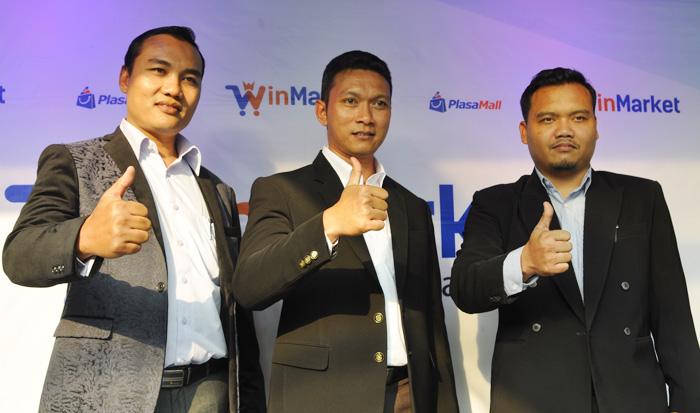 Ibnu Sunanto (tengah) CEO PT Bimasakti Multi Sinergi didampingi Didin Noor Ali, Direktur Commercial Partnership (kiri) dan Suroto, Direktur Sales & Marketing pada acara soft launching WinMarket (5/8) di Jakarta.