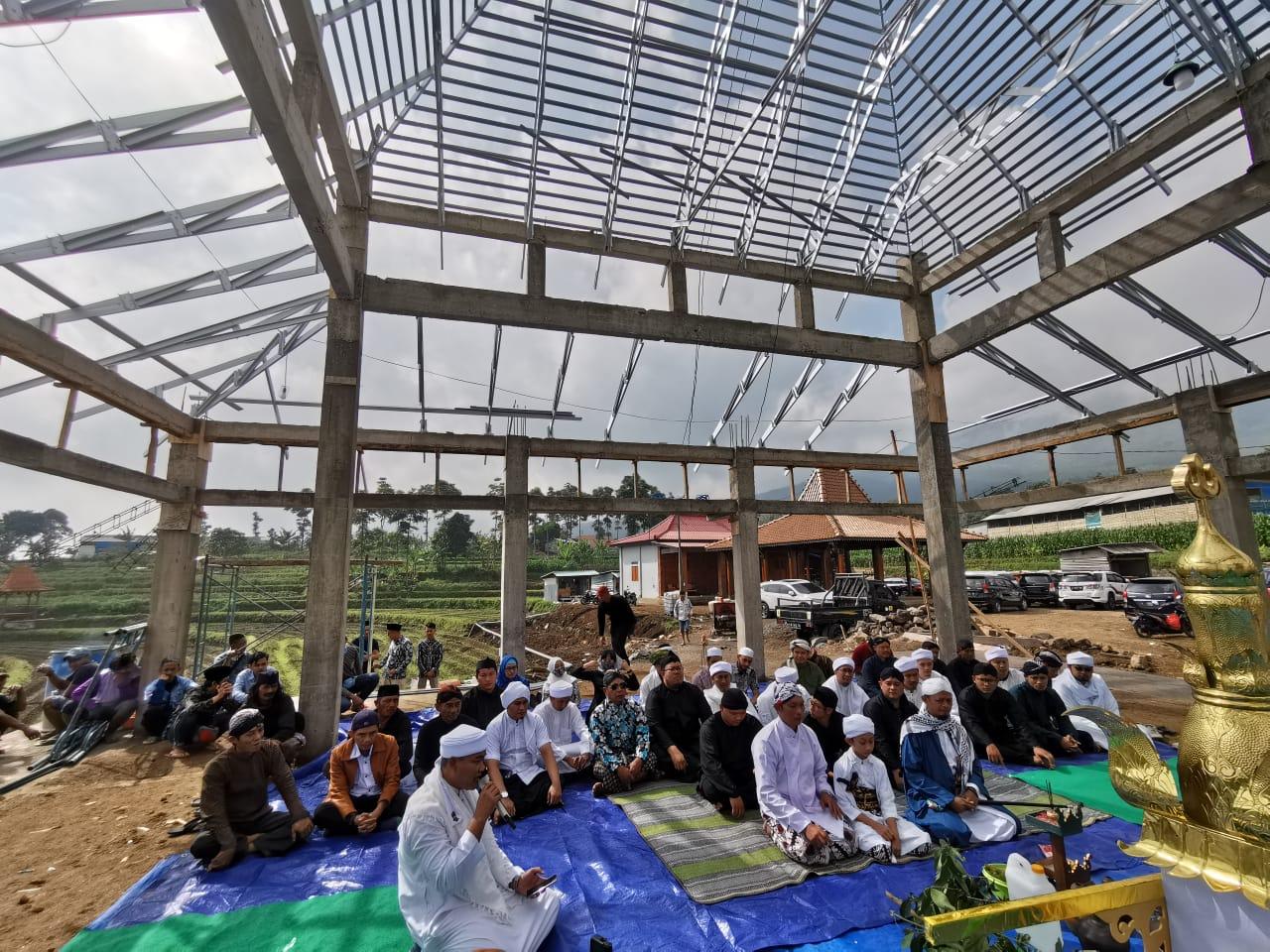 Upacara Adat Munggah Mustaka Masjid Panepen Yayasan Bimasakti Peduli Negeri